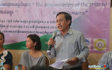 Vorn Pao, president of tuk-tuk drivers union Independent Democracy of Informal Economic Association (IDEA), speaks at an NGO event in November 2018. (Chorn Chanren/VOD)