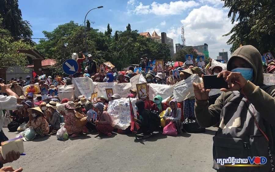 Hundreds of people involved in land disputes from four provinces block the street in front of the Land Management Ministry in Phnom Penh on September 21, 2020. (Khan Leakhena/VOD)