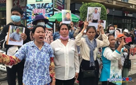 Seng Chanthorn, (second from right), holds a photo of her jailed husband, Sun Thun, while protesting with other women in front of the Phnom Penh Municipal Court on September 25, 2020. They are calling for the release from prison of their spouses, all former CNRP officials. (Hy Chhay/VOD)