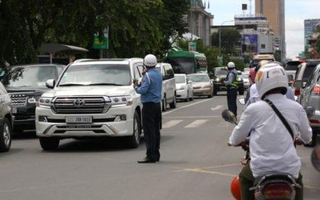 Police officers direct traffic in Phnom Penh on September 15, 2020. (VOD)
