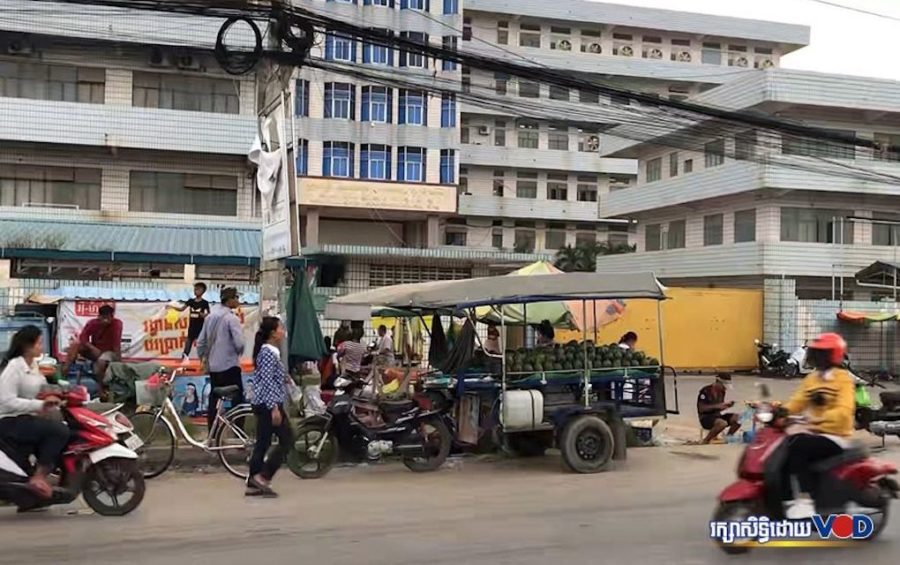 Street vendors' carts in front of a factory in Phnom Penh. (Hun Sirivadh/VOD)