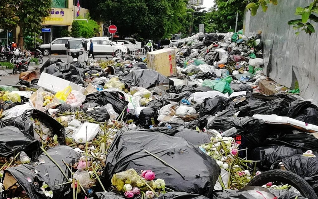 A pile of garbage grows amid a Phnom Penh trash collectors' strike, in Daun Penh district's Wat Phnom commune on October 5, 2020. (Vuth Chandara/VOD)