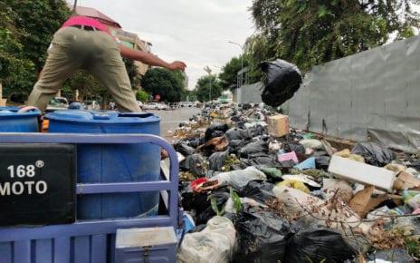 A district worker gathers trash in lieu of striking trash collectors, in Daun Penh district's Wat Phnom commune in Phnom Penh on October 5, 2020. (Tran Techseng/VOD)