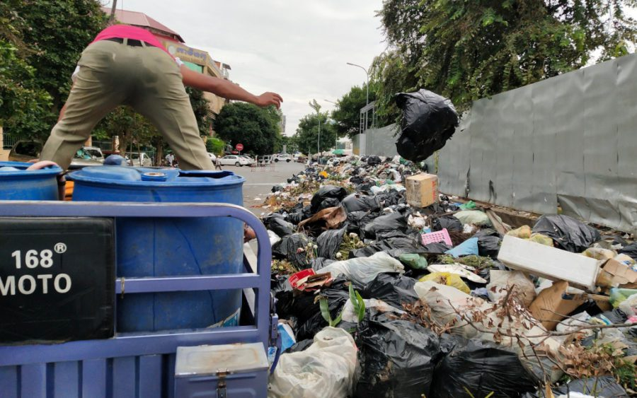 A district worker gathers trash in lieu of striking trash collectors, in Daun Penh district's Wat Phnom commune in Phnom Penh on October 5, 2020. (Tran Techseng/VOD)