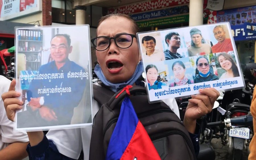 Sok Polyma protests outside the Phnom Penh Municipal Court in support of her husband, Khim Pheana, on October 9, 2020. (Hy Chhay/VOD)