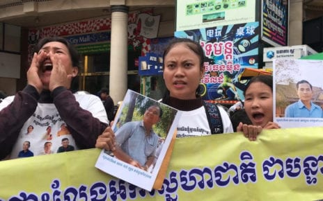Supporters of jailed CNRP activists protest outside the Phnom Penh Municipal Court on October 9, 2020. (Hy Chhay/VOD)