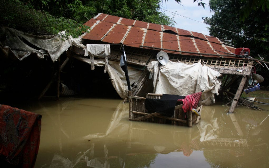 Flooding on the Prek Tnaut river in Phnom Penh's Dangkao district collapsed a house in Spean Thma commune, in a photo taken on October 12, 2020. (Michael Dickison/VOD)