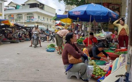 Street vendors sell produce and meat outside Phnom Penh's Chak Angre market on October 20, 2020. (Danielle Keeton-Olsen/VOD)