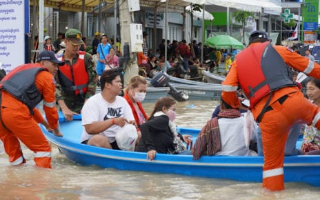 Residents are rescued from floodwaters in Phnom Penh's Dangkao district on October 17, 2020. (Tran Techseng/VOD)
