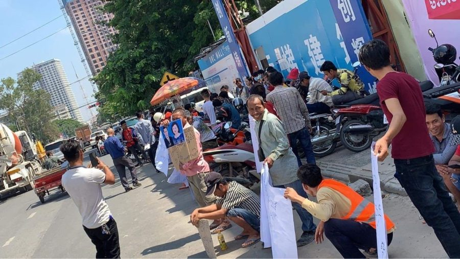 Construction workers protest in front of DNC mall in Phnom Penh's Toul Kork district on October 26, 2020. (Supplied)
