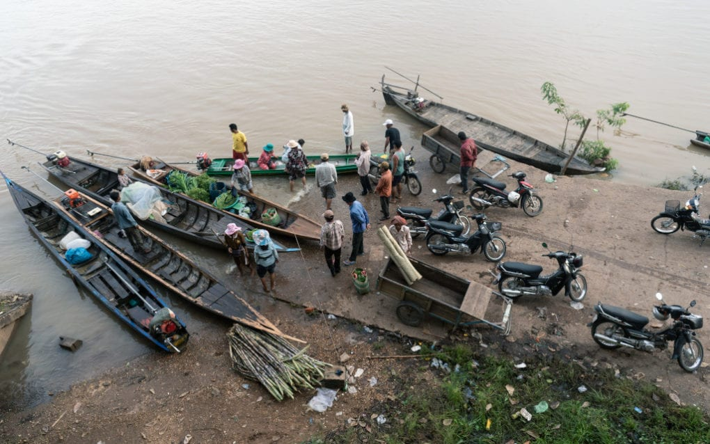 Fishers and buyers gather at the Stung Treng city fish market, where some sell straight off their boats, on the morning of August 15, 2020. (Enric Català/VOD)