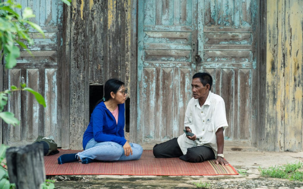 Chea Seila speaks to retired Koh Kang fishing community chief Mao Sareth in Stung Treng province's Samaki commune on August 12, 2020 (Enric Català/VOD)