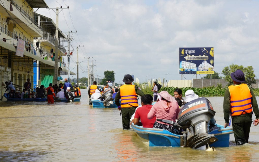 Residents of Phnom Penh's Dangkao district receive rides on emergency boats through flooded streets on October 22, 2020. (Tran Techseng/VOD)