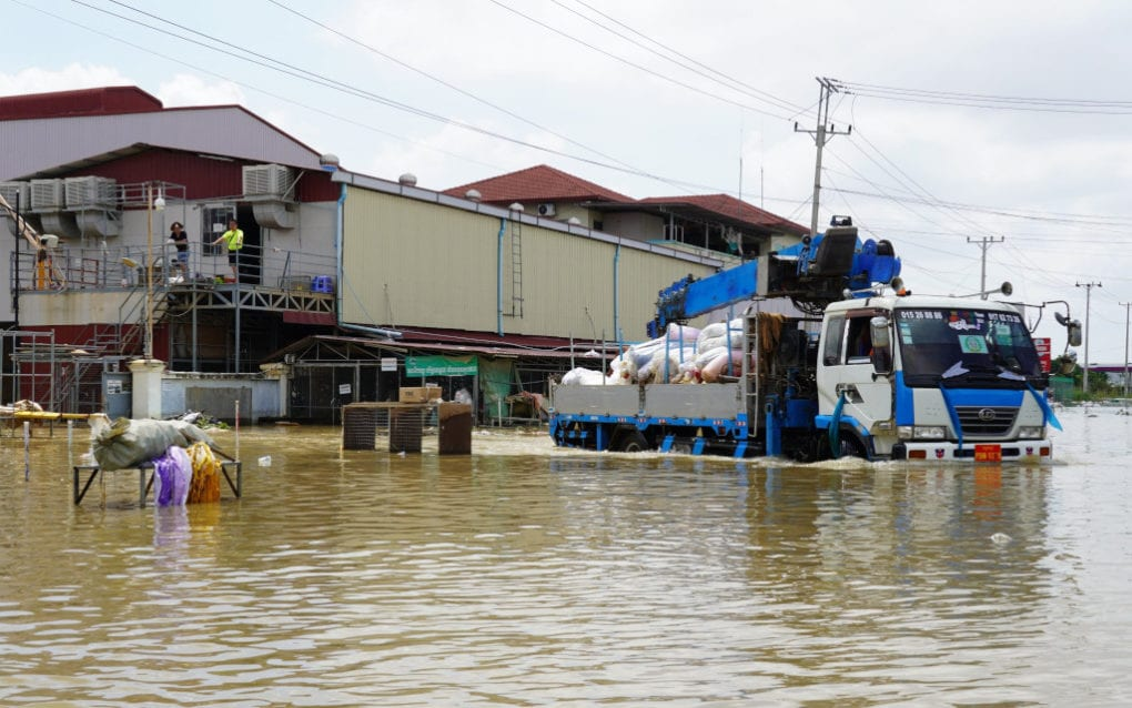 A truck takes materials away from the flooded Y&W Garment factory in Phnom Penh's Dangkao district on October 22, 2020. (Tran Techseng/VOD)