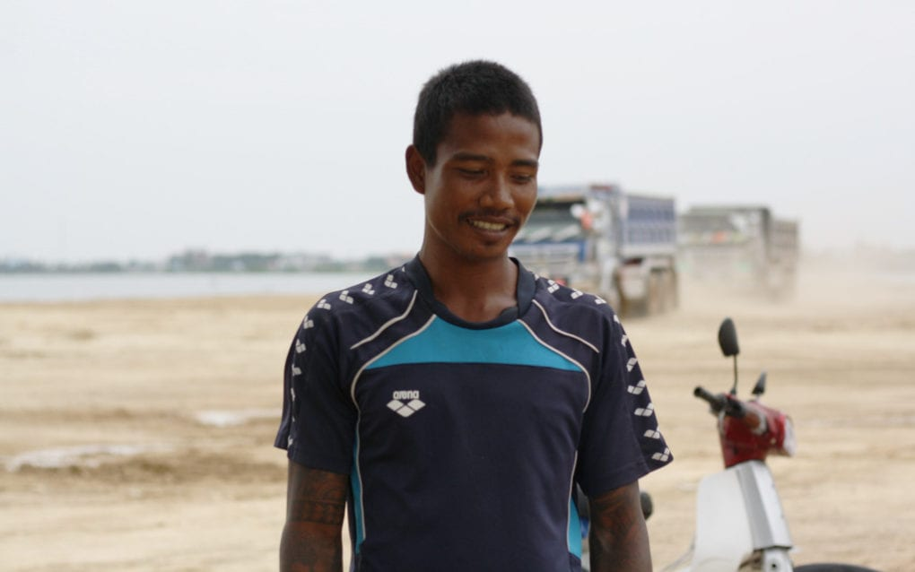 Khun Chamnan returns to sell fish in an area around Phnom Penh's Boeng Tamok where he was evicted from, on October 28, 2020. (Michael Dickison/VOD)