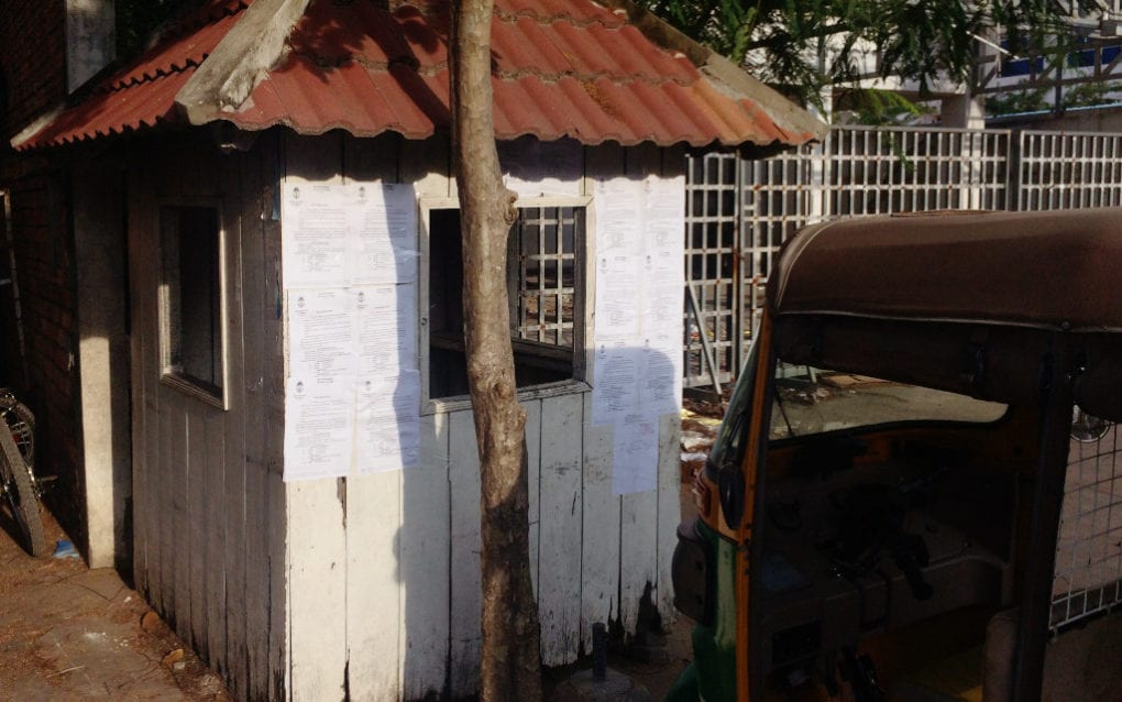 An abandoned security guard booth with court summonses taped to it at the former CNRP headquarters in Phnom Penh, on November 3, 2020. (Michael Dickison/VOD)