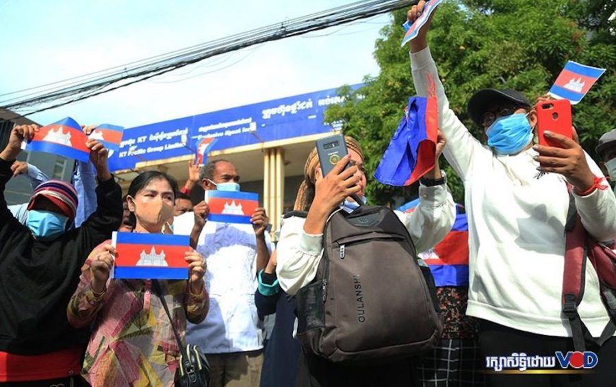 Supporters of the outlawed opposition CNRP hold up Cambodian flags near the Phnom Penh Municipal Court on November 26, 2020. (Chorn Chanren/VOD)