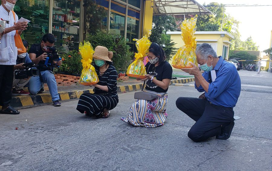 Sitanan Satsaksit (left) and two of her lawyers kneel with offerings during a ceremony for the six month anniversary of Wanchalearm Satsaksit's disappearance in Phnom Penh, on December 4, 2020. (Danielle Keeton-Olsen/VOD)
