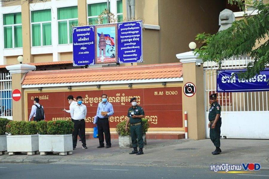 Officers outside the Phnom Penh Municipal Court on November 26, 2020. (Chorn Chanren/VOD)
