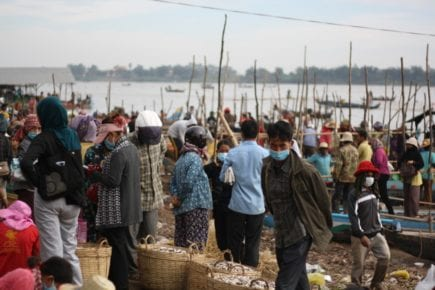 People gather on the shore of the Tonle Sap river in Kandal province's Ponhea Leu district for prahok season on December 23, 2020. (Michael Dickison/VOD)