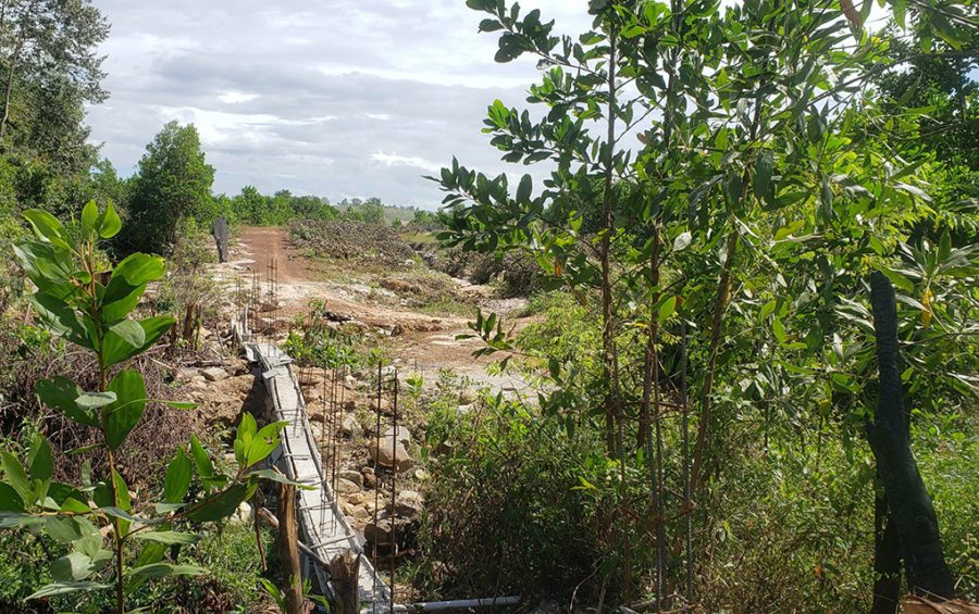 A fence being built near plots granted to Prime Minister Hun Sen's daughters Hun Mana and Hun Maly across the hilly terrain of Prey Nob district's Ream commune in Preah Sihanouk province, on December 1, 2020. (Danielle Keeton-Olsen/VOD)