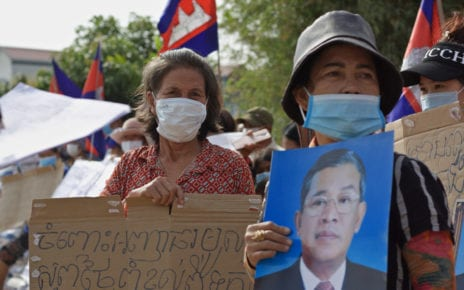 Orm Nhhorm and Chhun Sothea rally at Phnom Penh's Boeng Tamok lake for land titles, on January 24, 2021. (Michael Dickison/VOD)