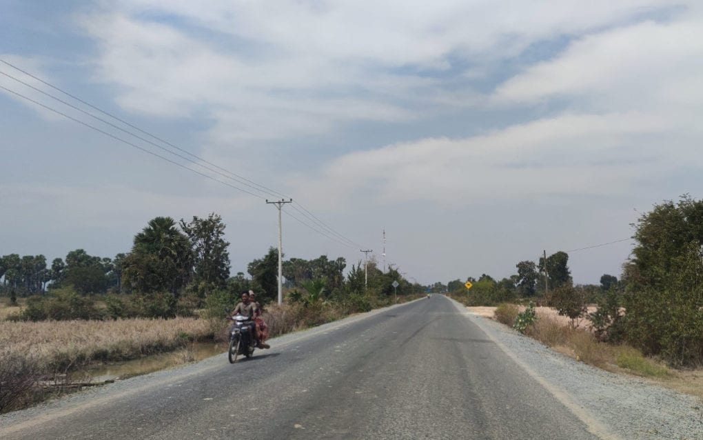 The road from Dak Por village, in Kraing Deivay commune in Kampong Speu province's Phnom Sruoch district, to Trapeang Kraloeng village in neighboring Kiri Voan commune, on January 19, 2021. (Dit Sokthy/VOD)