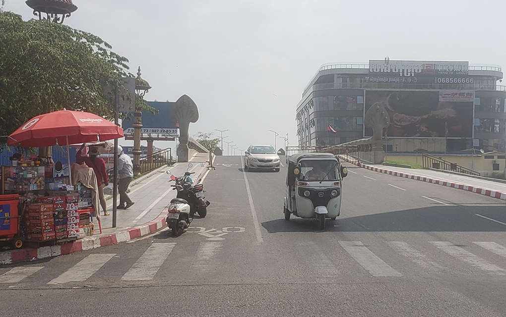 Roadblocks at the northernmost bridge to Phnom Penh's Koh Pich island were partially open as of February 21, 2021, after a new Covid-19 cluster was connected to the area the day before. (Danielle Keeton-Olsen/VOD)