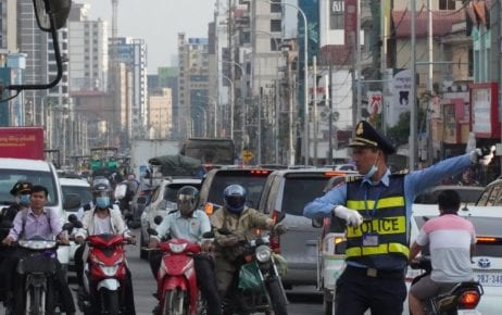 A police officer directs traffic in Sihanoukville on January 21, 2021. (Tran Techseng/VOD)