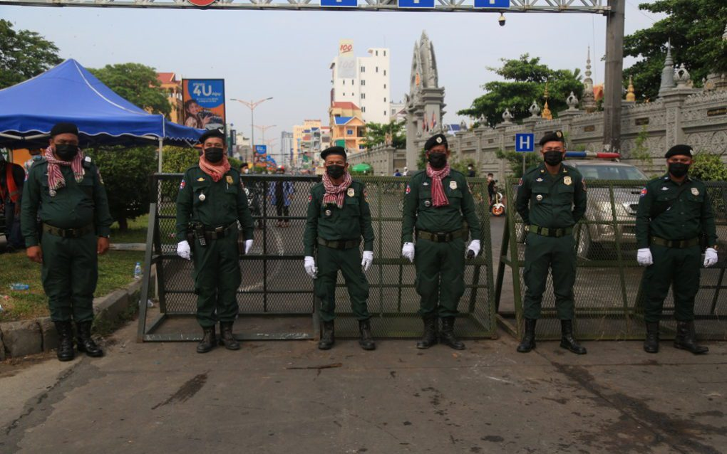 Authorities guard a roadblock at Phnom Penh's Stung Meanchey II commune on April 10, 2021. (Chorn Chanren/VOD)