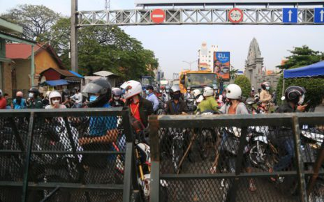 Traffic builds up at a roadblock at Phnom Penh's Stung Meanchey II commune on April 10, 2021. (Chorn Chanren/VOD)