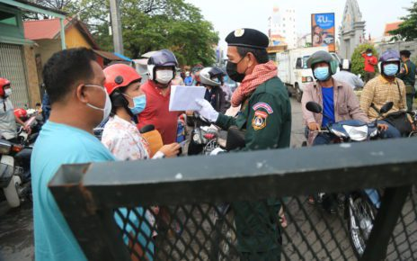 Traffic builds up at a roadblock outside Phnom Penh's Stung Meanchey II commune on April 10, 2021. (Chorn Chanren/VOD)