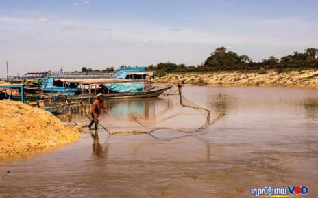 Fishing in Siem Reap province on January 10, 2021. (Mech Choulay/VOD)