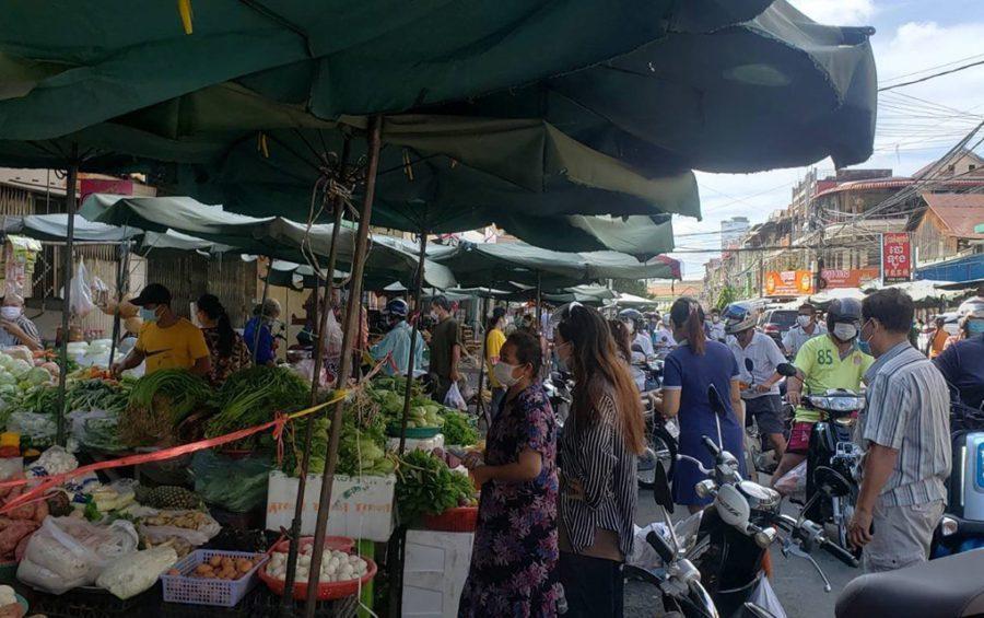 Shoppers crowd a street market near Phnom Penh's Olympic Market ahead of a two-week citywide market shutdown on April 24, 2021. (Danielle Keeton-Olsen/VOD)