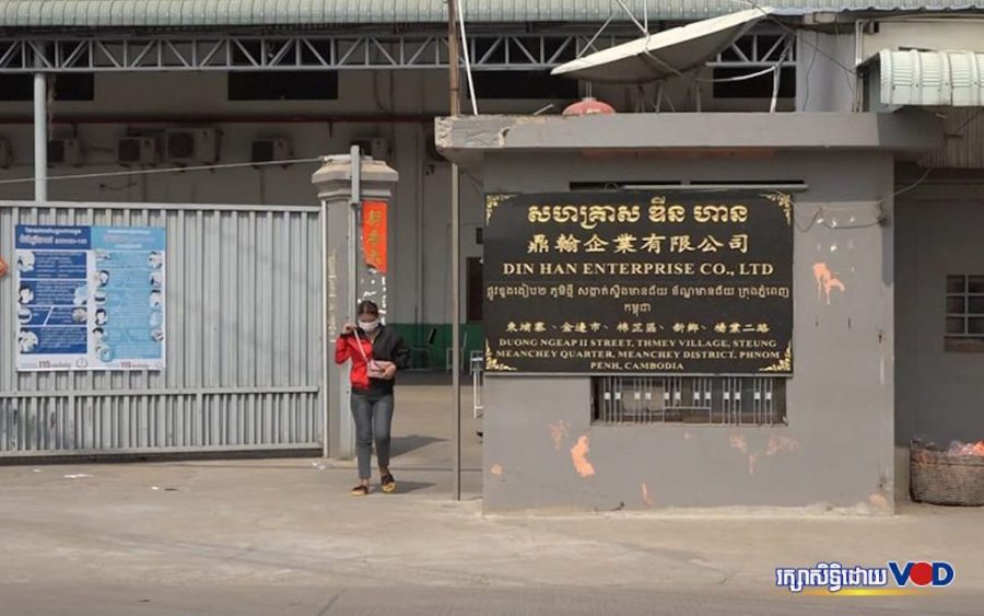 A worker exits the Din Han Enterprise factory in Meanchey district, where hundreds of cases of Covid-19 have been reported since April 3. (Hy Chhay)