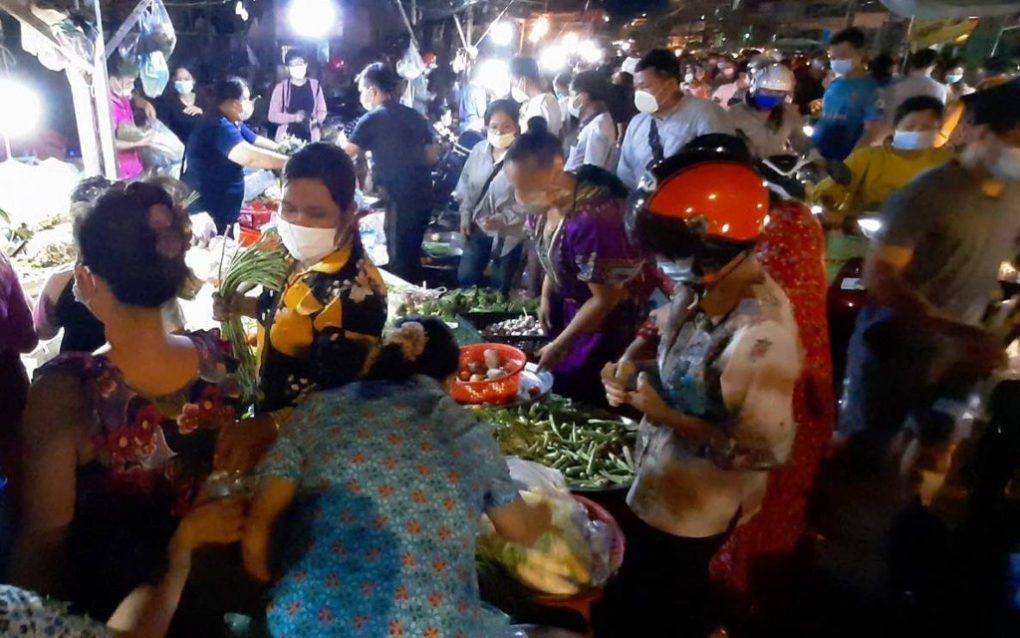 Toul Tom Poung market around 6:30 p.m. on April 14, 2021. (Huy Ousa/VOD)