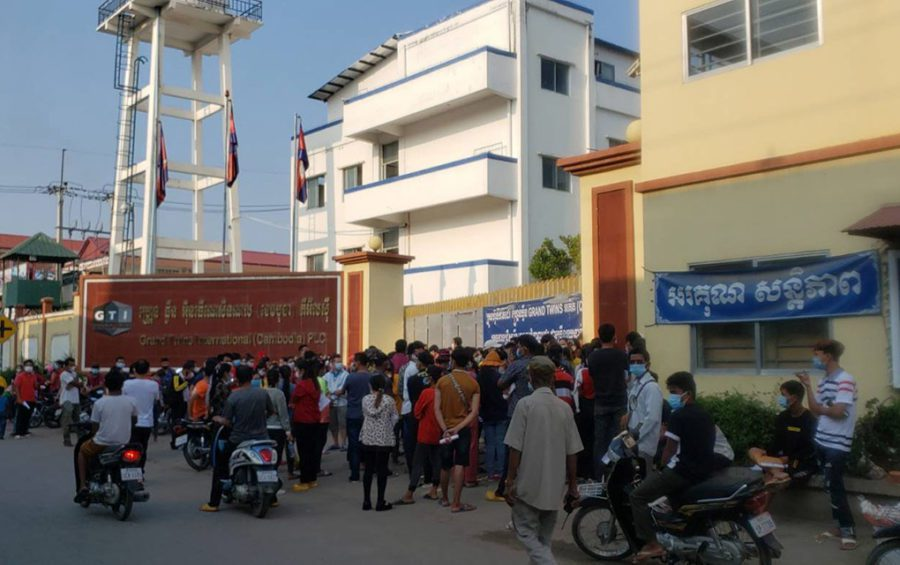 People crowd at the entrance of Grand Twins International factory looking for Covid-19 vaccines in Phnom Penh's Choam Chao III commune on May 11, 2021. (Danielle Keeton-Olsen/VOD)