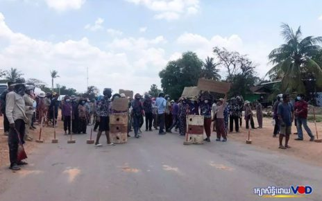 Protesters block National Road 5 near the border of Pursat and Kampong Chhnang provinces in a second protest on May 11, 2021. (Khut Sokun/VOD)