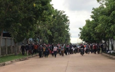 A crowd of workers after leaving a factory in Svay Rieng province's Bavet city due to Covid-19 fears on May 26, 2021. (Svay Rieng Provincial Hall)