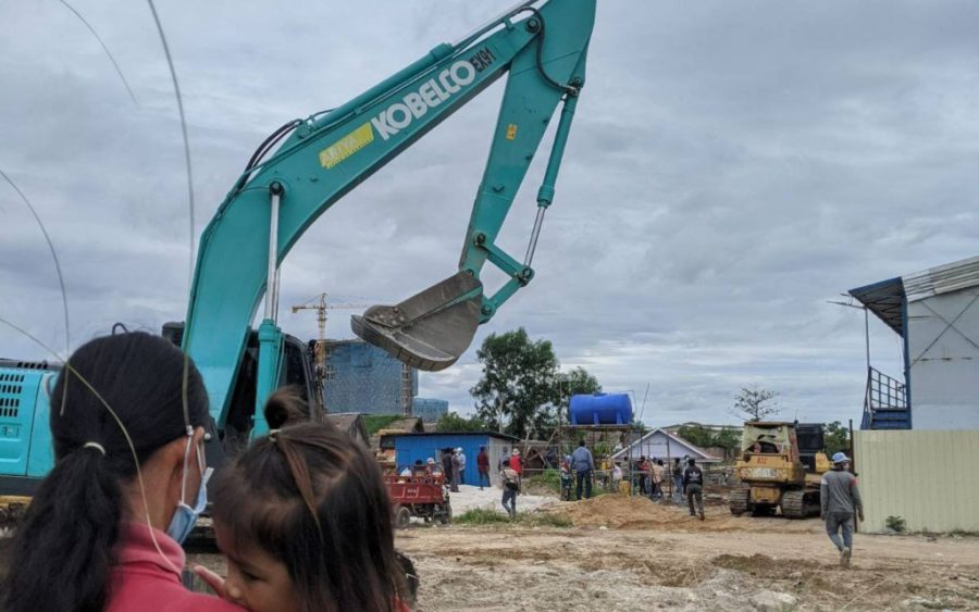 Residents watch as authorities clear land in Phnom Penh's Chroy Changva district, near an OCIC satellite city development. (Keat Soriththeavy/VOD)