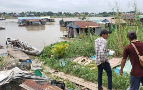 A man buys scrap metal from floating house residents who were told to dismantle their houses in Phnom Penh's Prek Pnov district on June 12, 2021. (Danielle Keeton-Olsen/VOD)