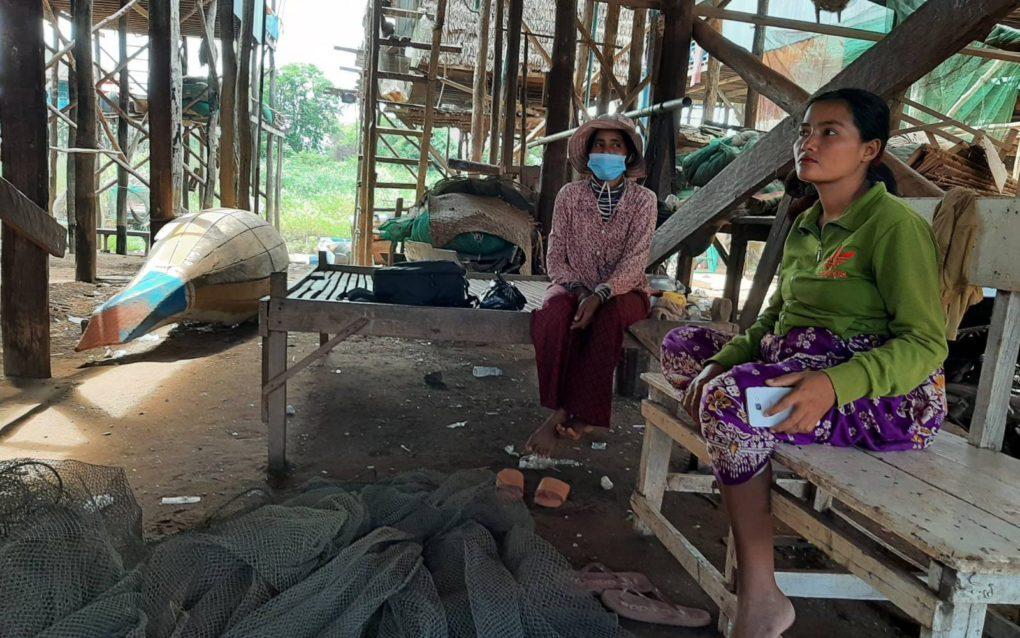 Panh Kimhang and Lam Samthea speak of low water levels in the Tonle Sap in Siem Reap province's Kampong Phluk commune, on June 17, 2021. (Va Sopheanut/VOD)