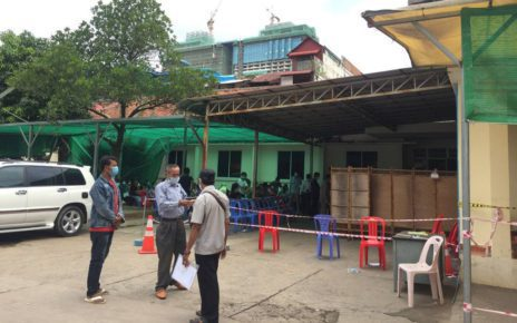 A vaccination drive at the Phnom Penh Municipal Referral Hospital. (VOD)