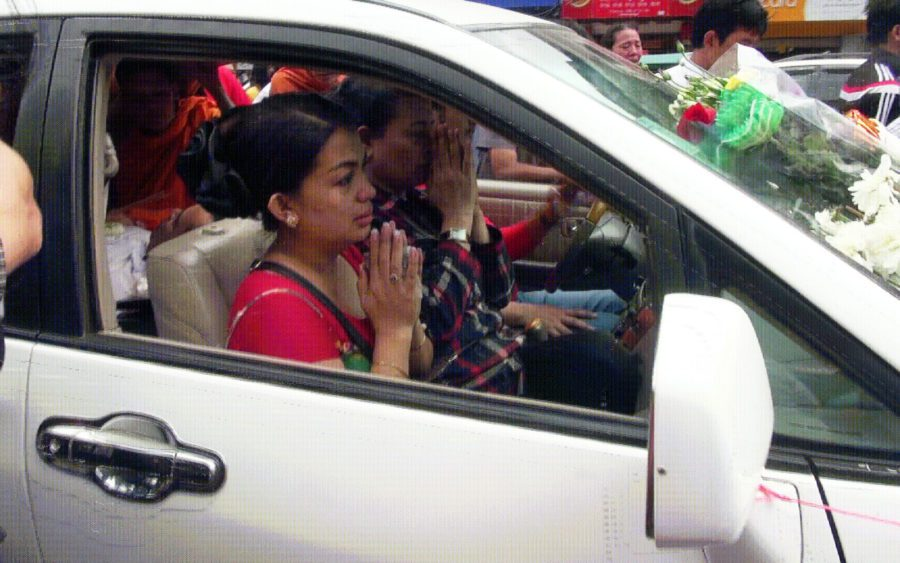 Bou Rachana drives away in a car carrying her murdered husband's body in Phnom Penh on July 10, 2016. (VOD)