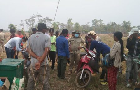 Authorities intervene in a conflict between residents and San Heang company representatives over land in Oddar Meanchey's Samraong city in early May. (Supplied)