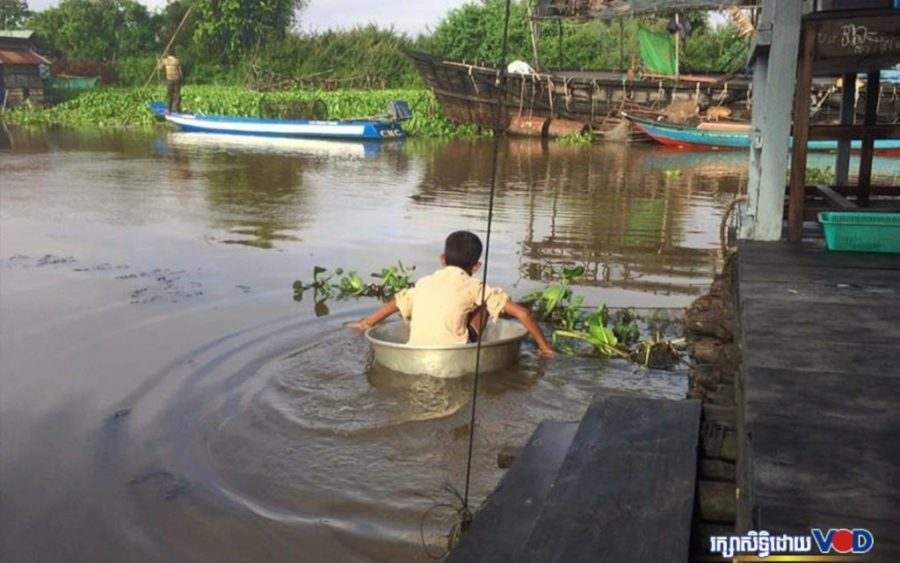 A boy in the Tonle Sap lake in Kampong Thom province in May 2017. (VOD)