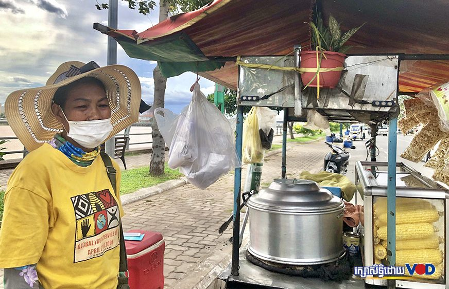 Chhoeun Taing Hik stops her popcorn stand along the Phnom Penh riverside walk on August 14, 2021. (Horn Thovan/VOD)