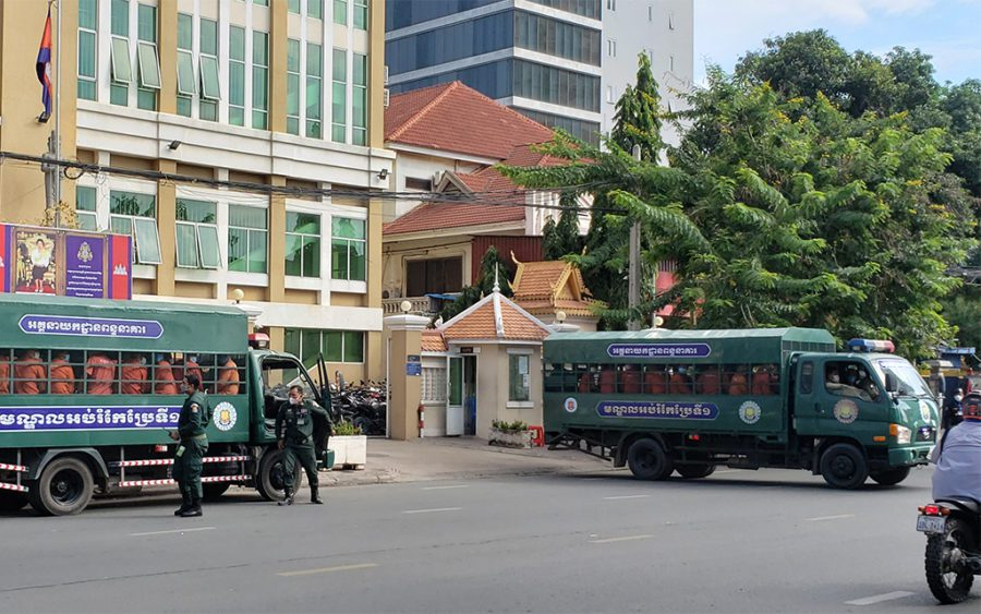 Two trucks filled with prisoners arrives at the Phnom Penh Municipal Court on the day of the Rong Chhun trial verdict on August 18, 2021. (Danielle Keeton-Olsen/VOD)