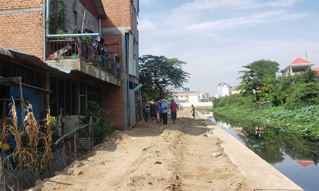 A road that, according to residents, was carved by city authorities in late July, in Phnom Penh's Boeng Kak I commune on August 19, 2021. (Danielle Keeton-Olsen/VOD)