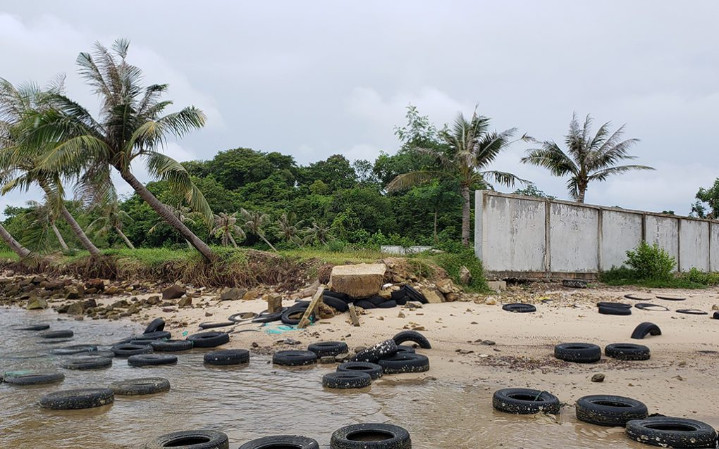 Residents claiming land built walls and placed old tires to hold recently-filled sand in Kampot's Troeuy Koh commune on August 26, 2021. (Danielle Keeton-Olsen/VOD)